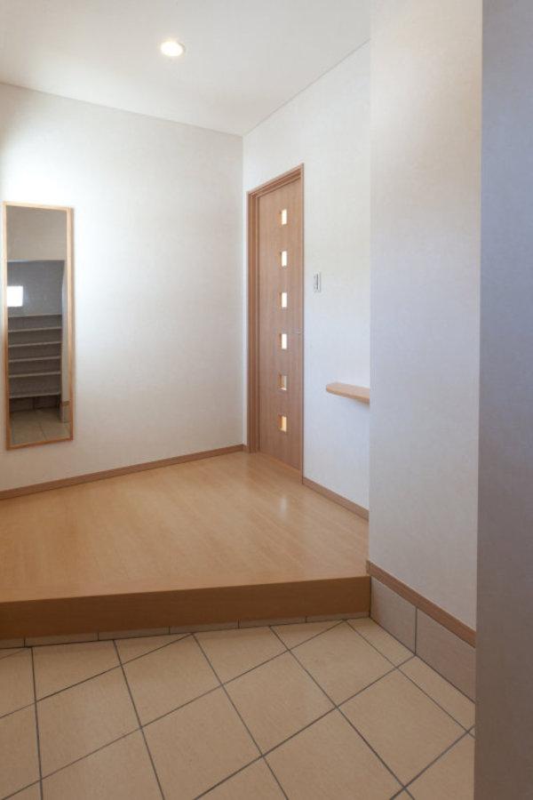 趣味の道具や日用品を置く事も出来、玄関を広くスッキリとみせてくれます。
