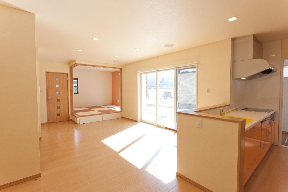 LD(リビング・ダイニング) 部屋全体に明るい陽射しが差し込み、とても開放感のある空間。ぬくもりのある素材感を生かした作りが特徴です。