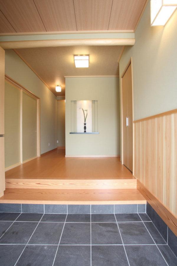entrance(エントランス) 昇降しやすくバリアフリーにおすすめの二段式框。お客様をゆったりとお迎えすることができます