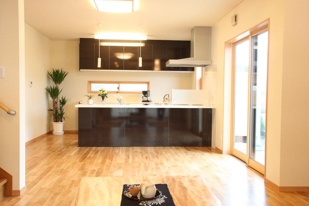 dining・kitchen(ダイニング・キッチン) 高級感あふれる鏡面仕上げの収納。