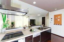 kitutin(キッチン)  ダイニングとリビングを見渡せるキッチンはお料理しながら家族との団欒やお子様とのふれあいが愉しめるオープンキッチン。対面にダイニング、テラスを配置することで、よりのびやかな空間を演出しています。  家事動線にもこだわり、洗面脱衣室・浴室と隣接させ、奥様が効率よく家事をこなせる空間設計しています。