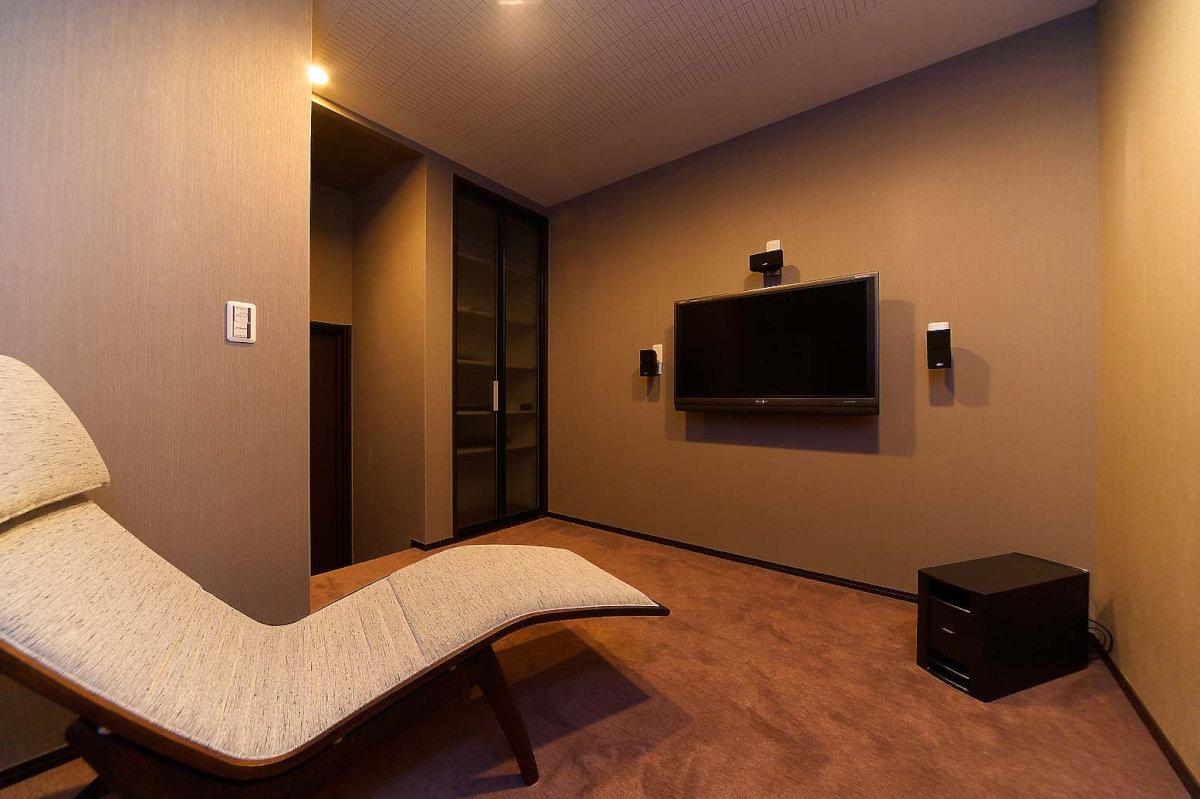 シアタールーム 寝室と繋がるシアタールームは、防音効果が施された隠れ家的な雰囲気のプライベート空間。壁や床の材質、配色にもこだわりモダンにしあげています。近隣に気兼ねなく、大音量で大好きな音楽を楽しんだり、家にいながら映画館のような雰囲気を味わえる、男性なら誰もが憧れるちょっと贅沢な空間です。