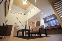 吹き抜けのリビングを中心に階段が一体となった住まいは、リビングにいながら各部屋の気配を感じ取れるような空間設計です。