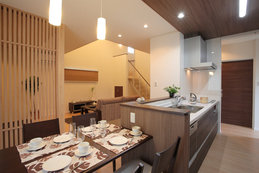 dining&kitutin(ダイニング・キッチン) 落ち着いた雰囲気のダイニングキッチン。畳コーナーとの境界は格子で木質感をだして、圧迫感を感じさせない空間を演出。