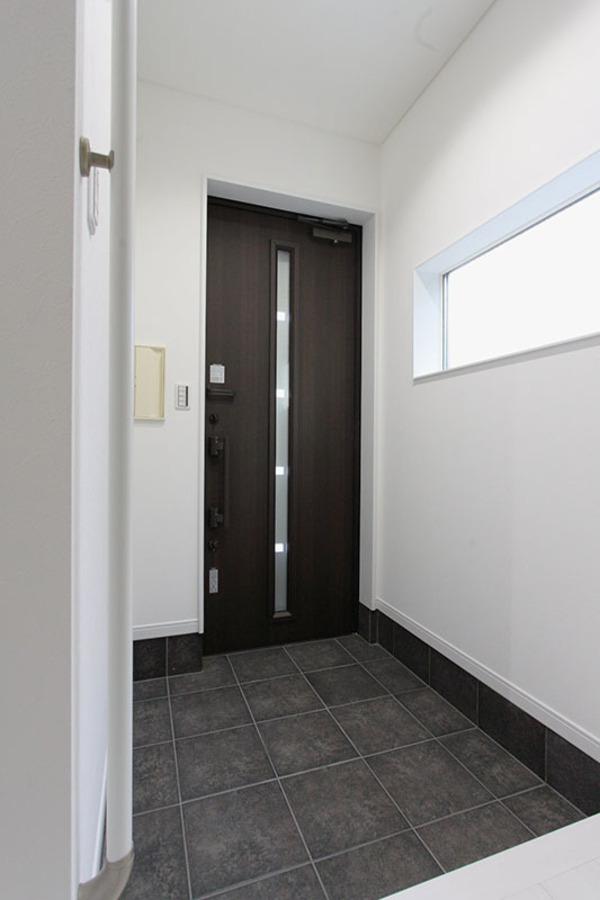 entrance(エントランス) サイドウインドが十分な採光を取り込み、エントランスを明るくみせてくれます。