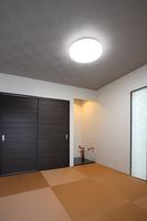 washitu(和室) 和室の畳は琉球畳を採用。縁がないので開放感があります。リビングの隣に和室を設け、寝室としてだけではなくリビングの延長としても使えるお洒落な空間になりました。