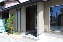 entrance(エントランス) 玄関ポーチに格子を設け、程よい光と風を通してくれます