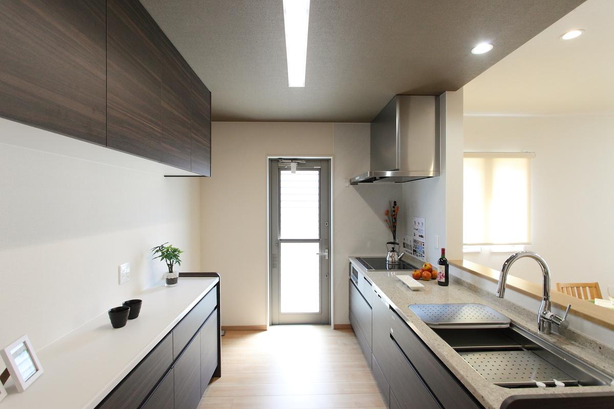 kitchen(キッチン) キッチンも床暖房設置。広々としたキッチンは親子でお料理など、ゆったりと使用できます