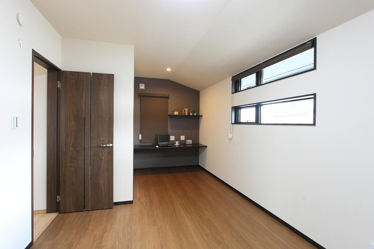 bed room(寝室) 落ち着いた色合いの寝室。書斎の隣には大きめのウォークインクローゼットを設けてあります