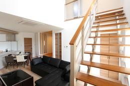 Stairs(階段) リビングの吹き抜けに向かってのびる階段。 手摺パネルを透明にすることで光をさえぎらず広さを感じさせます。