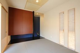 Japanese-style room(和室) 吊り押入れと床の間で、和モダンに仕上げた和室。 単独の和室なので、お客様とゆったりと時間を過ごせます。
