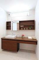 wash room(洗面室) 広いカウンターは、朝の込み合うときでもゆったりと使用できます。 棚やカウンターを造作で仕上げ、ホテルのようなお洒落な空間になりました。