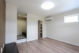 bed room(ベッドルーム) フロアーの色をおさえて落ち着いた雰囲気に仕上げました。 寝室には大容量のクローゼットと書斎を設けました。