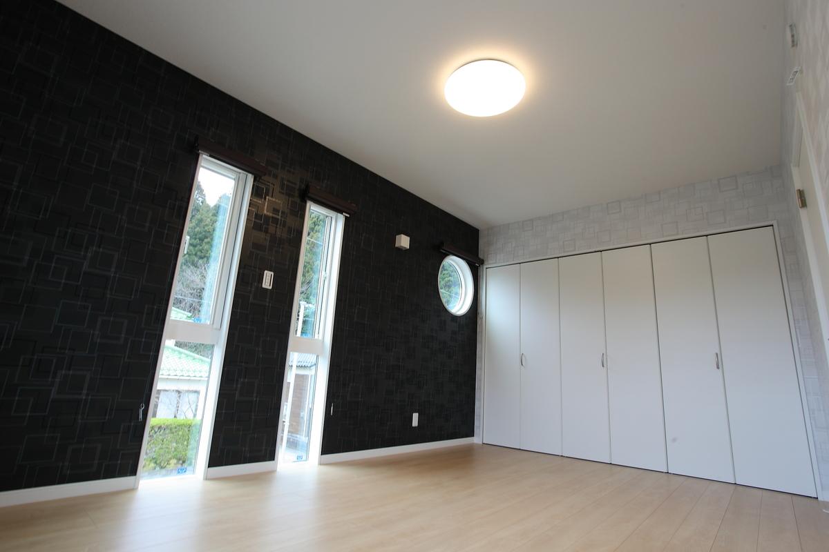 bed room(ベッドルーム) 壁一面のクローゼットは、季節ものを入れても余裕があるくらいの大きさです。 丸窓がアクセントの寝室になりました。