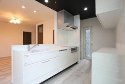 kitchen(キッチン) 白を基調とし下がり天井で変化を持たせた空間となっています。