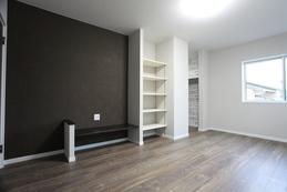 bedroom(寝室) TVカウンター、可動棚も備え付け。モノトーンの落ち着いた雰囲気の寝室です。