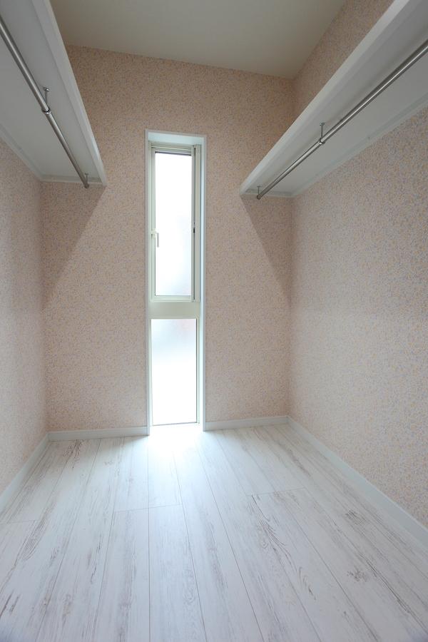 walk‐in closet(ウォークインクローゼット) 畳の部屋に付属したウォークインクローゼット。 かわいらしいクロスが特徴です。