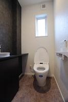 toilet(トイレ) こだわりの陶器の手洗器が高級感を演出しています。