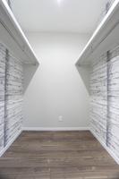 walk‐in closet(ウォークインクローゼット) 寝室からのウォークインクローゼット。 収納力抜群です。