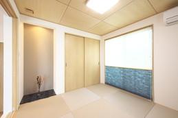落ち着く雰囲気の大壁和室。 小上がりになっており、タタミ下収納を設けました。