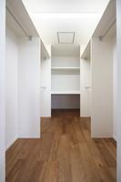 主寝室のウォークインクローゼット。 棚やパイプで、無駄なく収納できます。