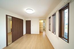 寝室は大容量の収納の他、奥にはウォークインクロゼットも。