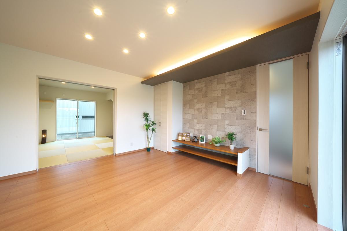 間接照明が印象的なリビング。和室と隣接しており、くつろいだりコミュニケーションの場として活用できます。