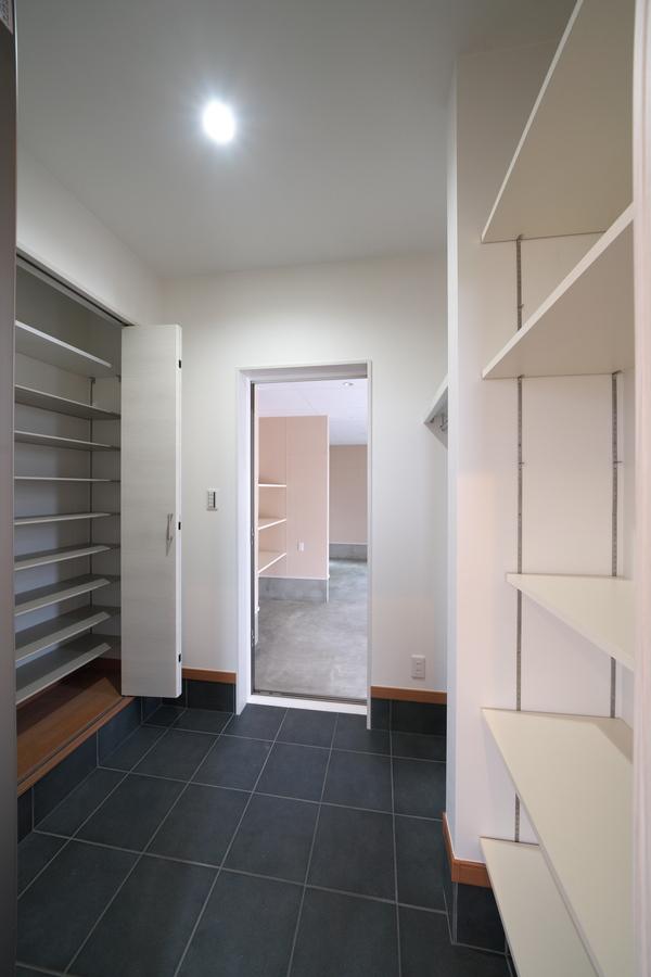 収納たっぷりの玄関はインナーガレージへ通じます。