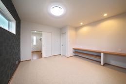間接照明が印象的な寝室。奥には大容量のクローゼットが。