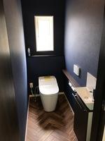 タンクレストイレなのでトイレが広く使えてスッキリとしました。落ち着いた色合いの壁紙で癒し効果を感じさせます。