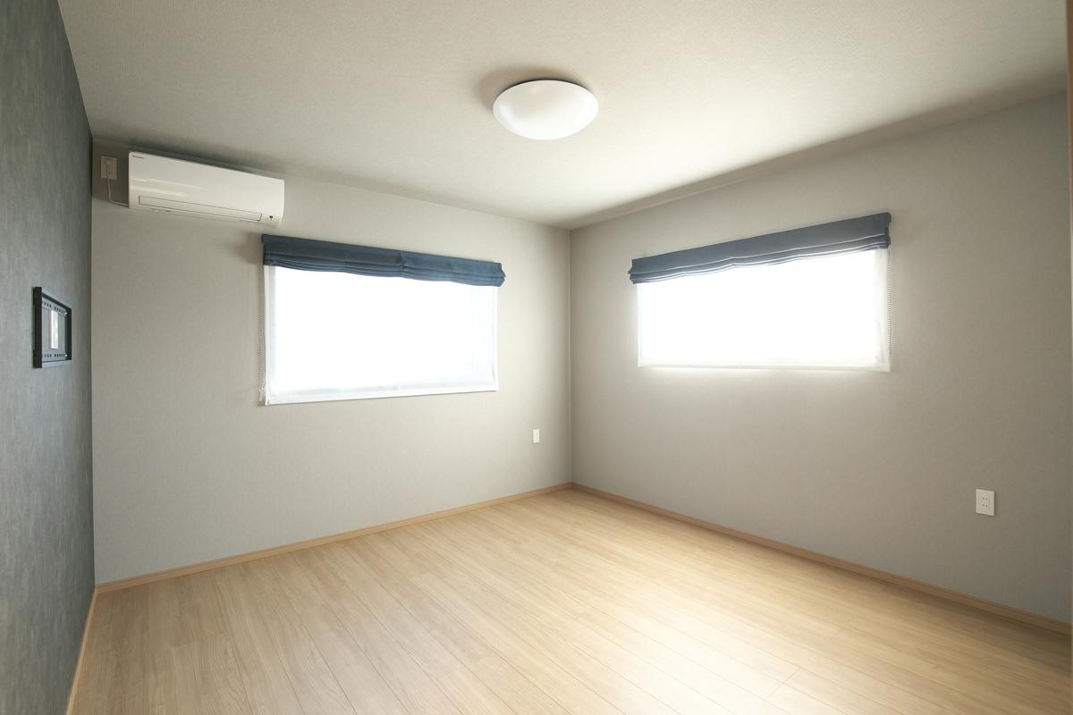 大容量のウォークインクローゼットを設けてスッキリとした寝室。