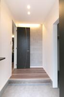 玄関ホールの壁にエコカラットを施工。エコカラットは調湿性能で快適な湿度をコントロールします。