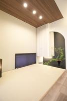 リビングの一角にある畳コーナーに吊り押し入れを設置することで空間を広く感じさせます。R型の垂れ壁と照明がアクセントになっています。