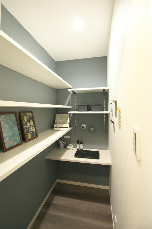 パントリーは保存食などをストックするだけでなく、パソコンスペースとして活用できます。壁にはマグネットが付くように施したので、お気に入りのポストカードなど貼れます。