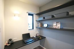 寝室の一角にある書斎コーナーは、お仕事でもプライベートでも広々カウンターで使いやすいです。