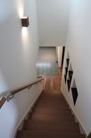まっすぐ伸びる階段から土間を見ることが出来ます。階段横のニッチがアクセントになっています。