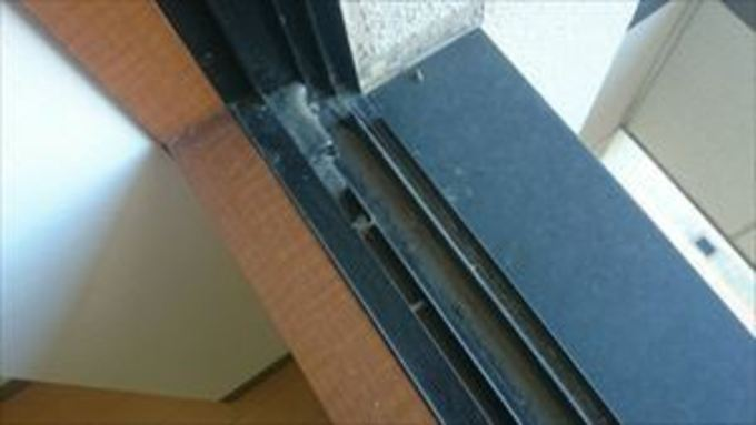 ガラスサッシの掃除は守口市のケイズクリーンにお任せください 作業前