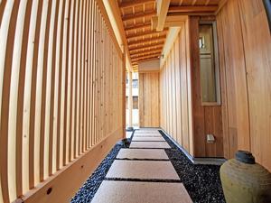 料亭のような玄関アプローチの家1