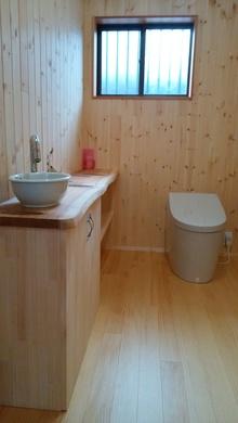 木の香りに癒されるトイレ施工後
